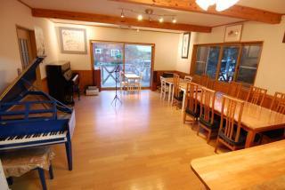 アップライトピアノと譜面台がご利用いただけます。ご滞在中、夜の時間を除いて練習場所としてこちらのスペースをお使いいただくことができます。